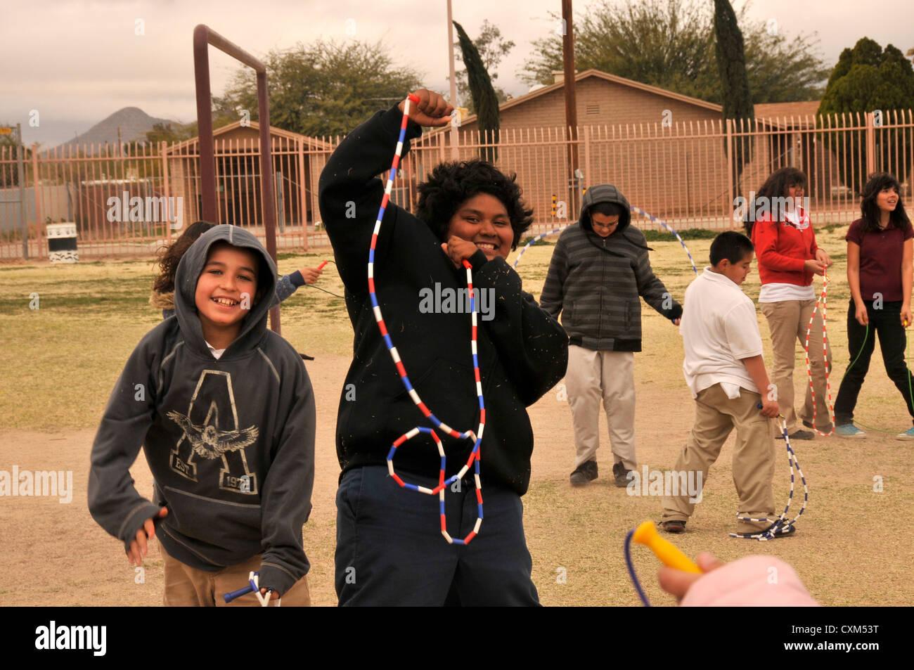 5º grado participan en saltar la cuerda para el corazón, la recaudación de fondos y un programa de Imagen De Stock