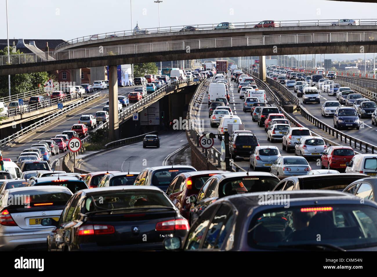 Un atasco de tráfico en la autopista M8 y puente Kingston caminos de acceso en el centro de la ciudad de Glasgow, Imagen De Stock