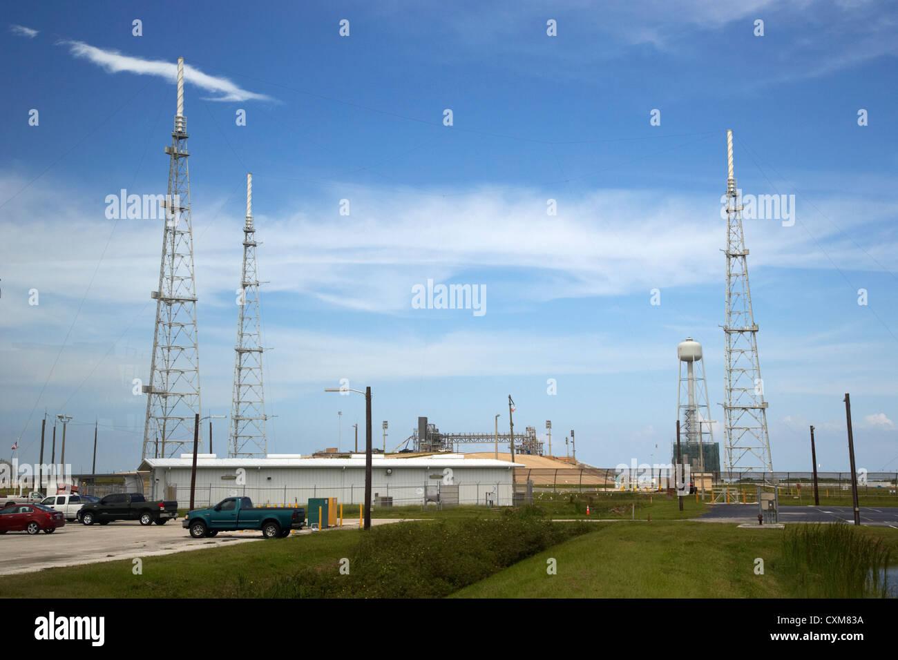 Almohadilla de complejo de lanzamiento 39B con pararrayos en el Centro Espacial Kennedy, Florida, EE.UU. Imagen De Stock