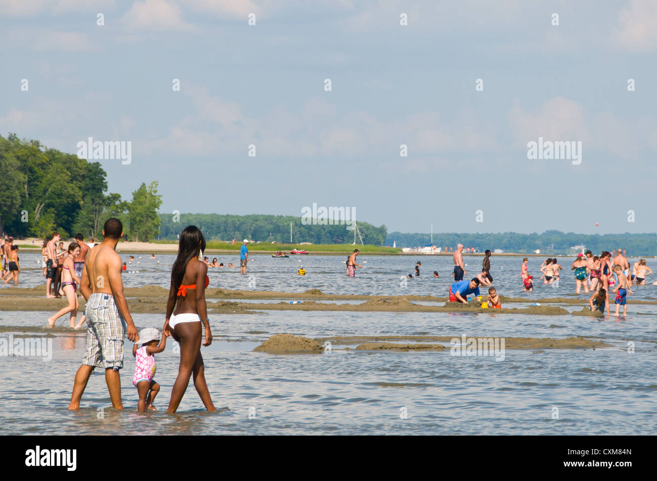 Familia multicultural en la playa playa de Oka, Monteregie Quebec Canada Imagen De Stock