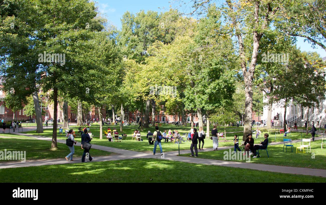 Harvard Yard, el viejo corazón del campus de la Universidad de Harvard en Cambridge, MA, EEUU, en un soleado Imagen De Stock