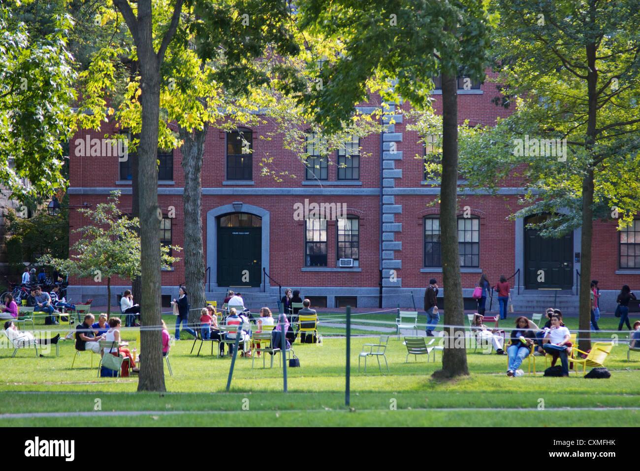 Estudiantes y turistas descansar en reposeras en Harvard Yard, el viejo corazón del campus de la Universidad Imagen De Stock