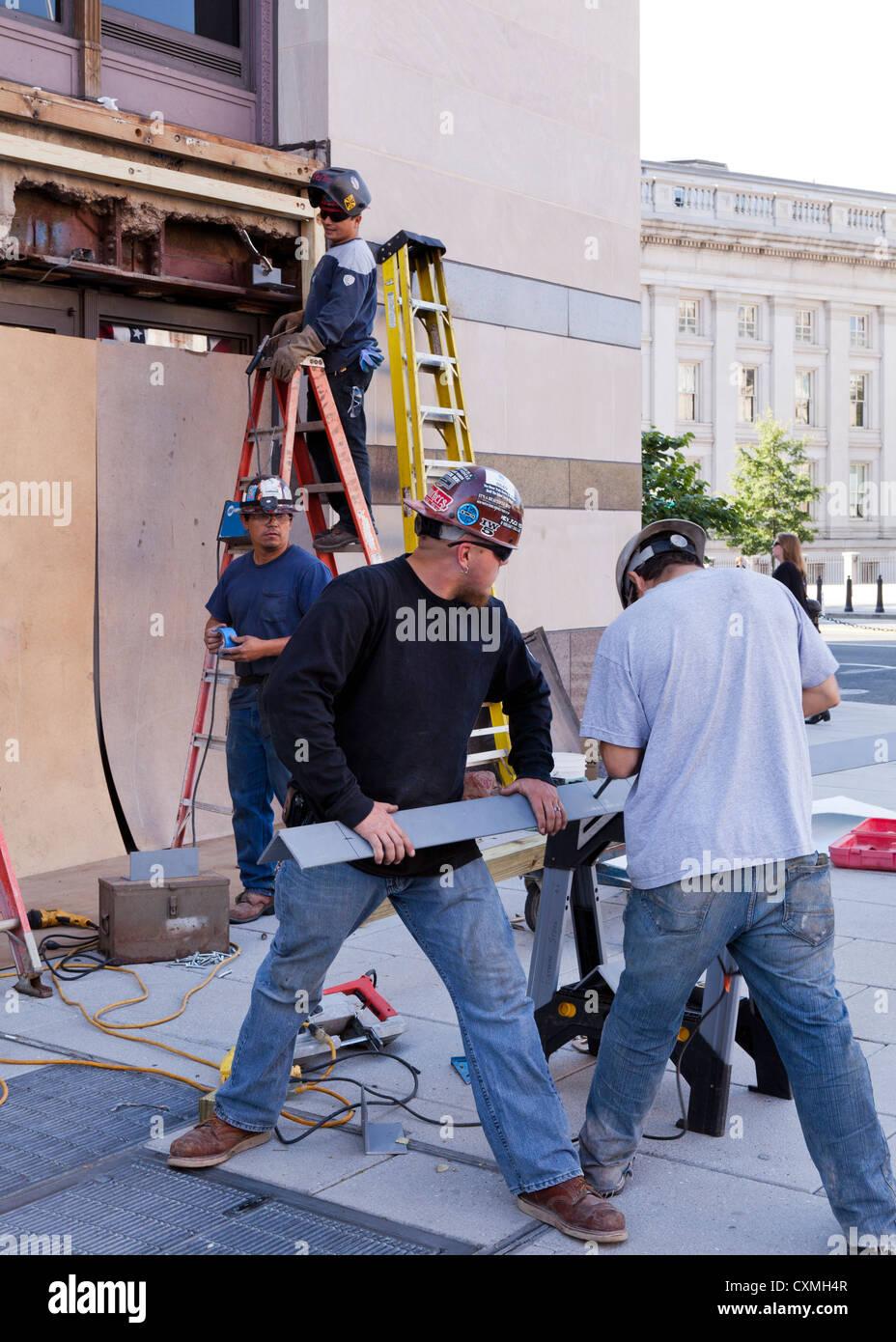 Los trabajadores de la construcción la reparación exterior del edificio - Washington, DC, EE.UU. Imagen De Stock