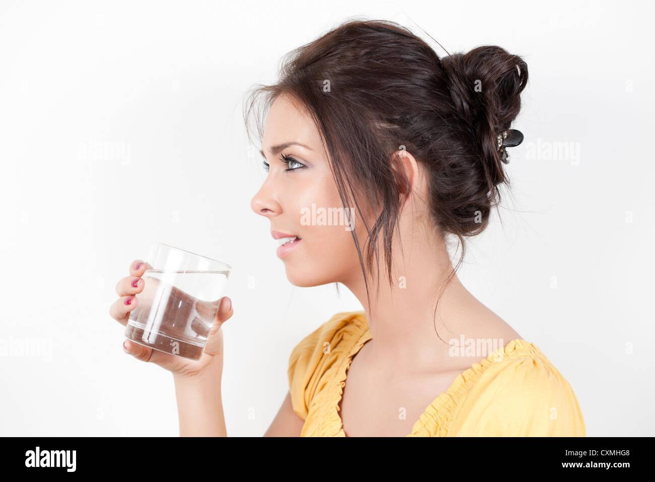 Mujer de un vaso de agua potable Imagen De Stock