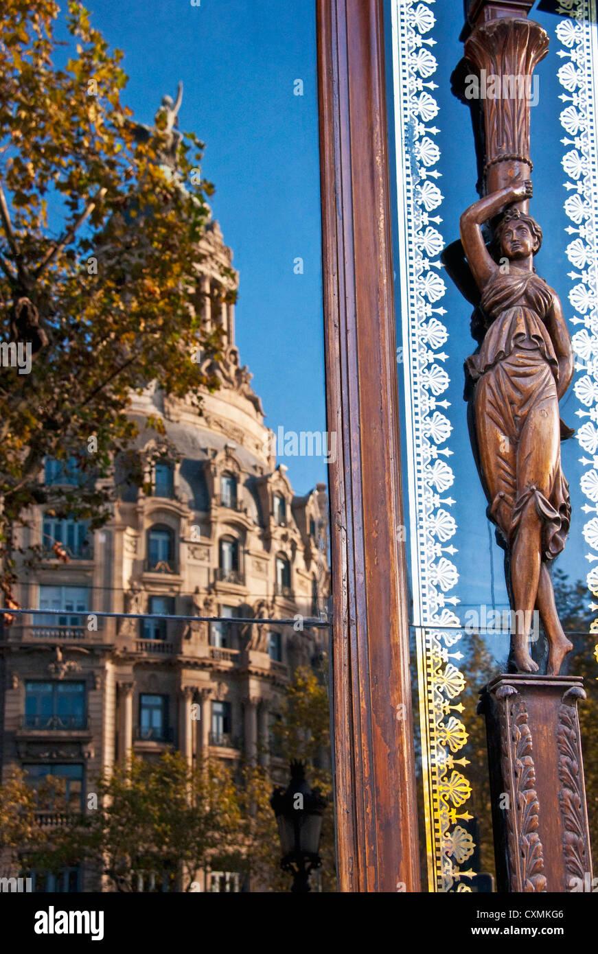 Arquitectura a lo largo de Paseo de Gracia de Barcelona refleja en la ventana Imagen De Stock