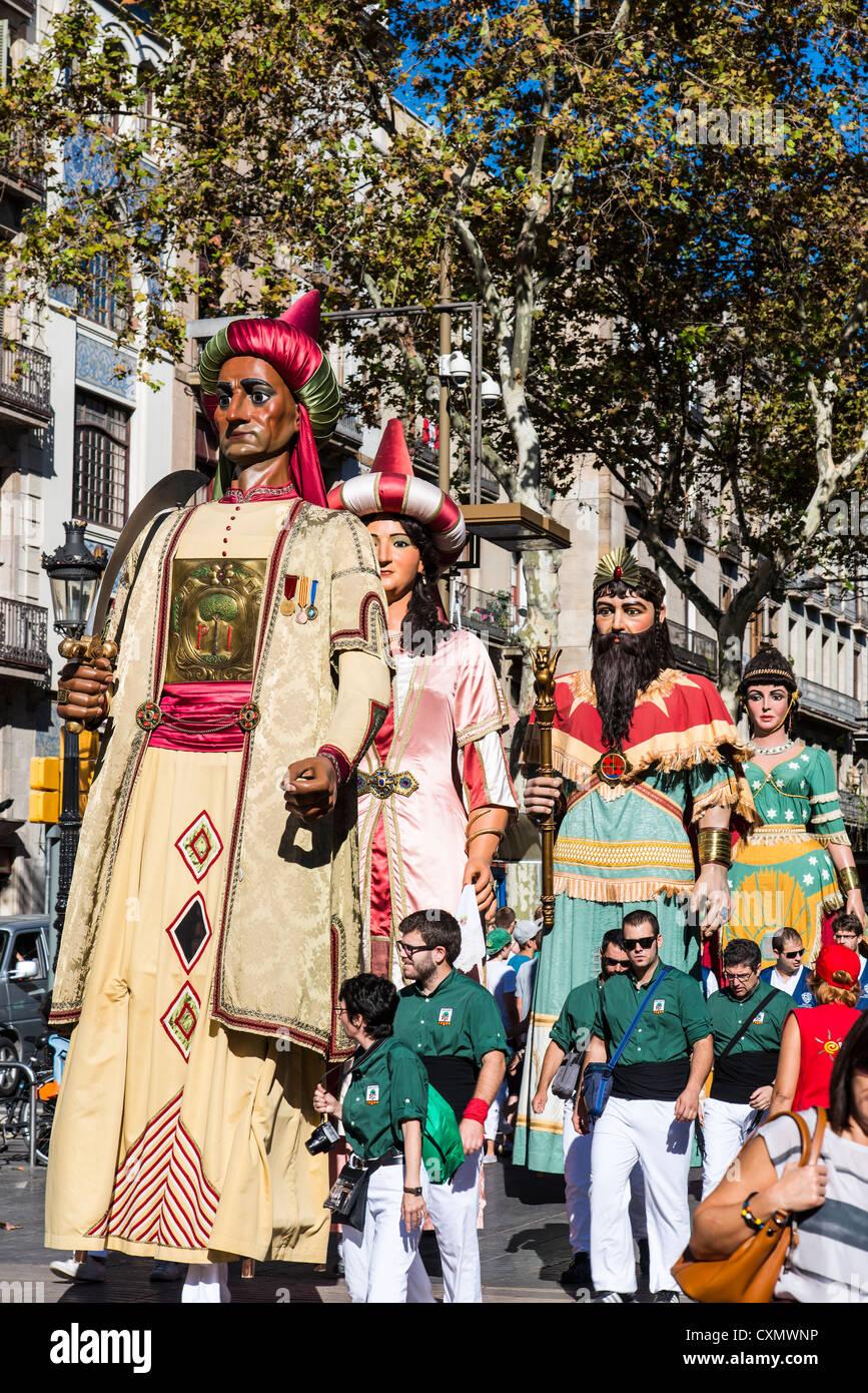 Los Gegants (Gigantes) desfile a lo largo de la calle de La Rambla durante La Mercè, Barcelona, Cataluña, España Foto de stock