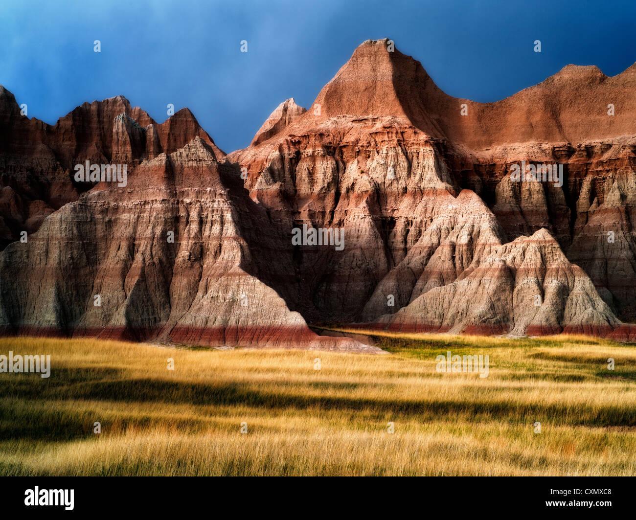 Pradera de hierba y rocas multicolores. El Parque Nacional Badlands, Dakota del Sur. Imagen De Stock