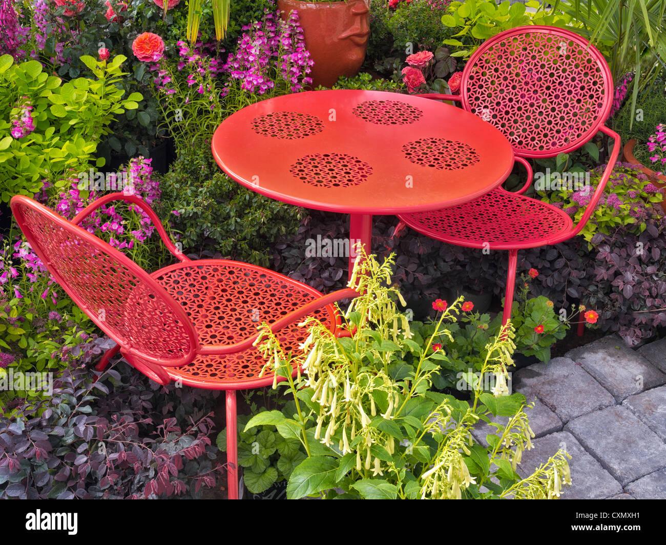 Mesa y sillas de jardín de flores de la pantalla. Al's Nursery. Sherwood, Oregón Imagen De Stock