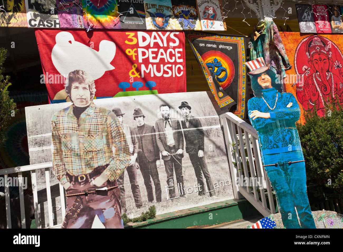 Una tienda en Woodstock, Nueva York, Catskills, presume de 60's parafernalia, recuerdos, carteles, etc. Imagen De Stock