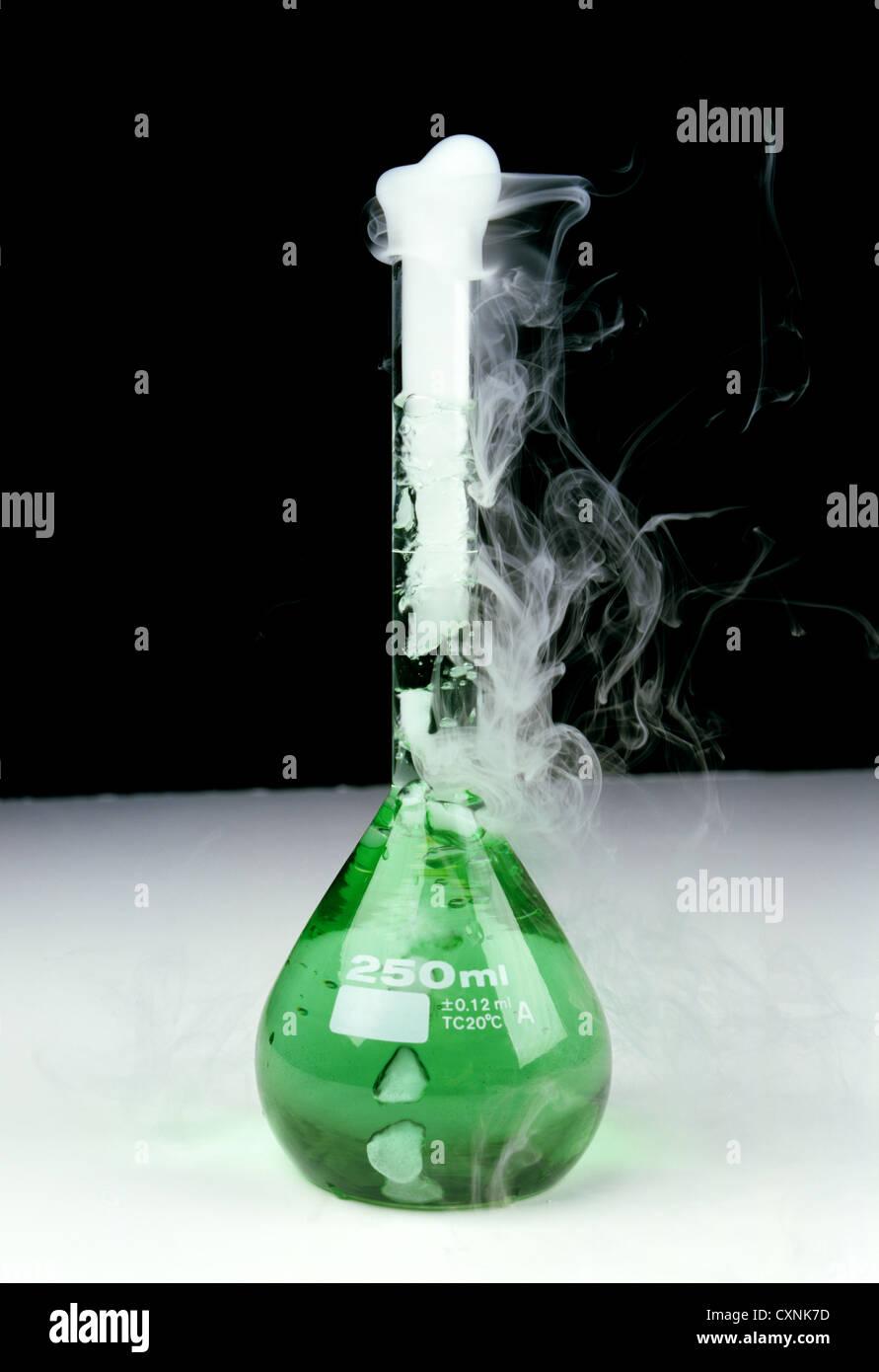 Una reacción química en un matraz aforado de 250 ml Foto de stock