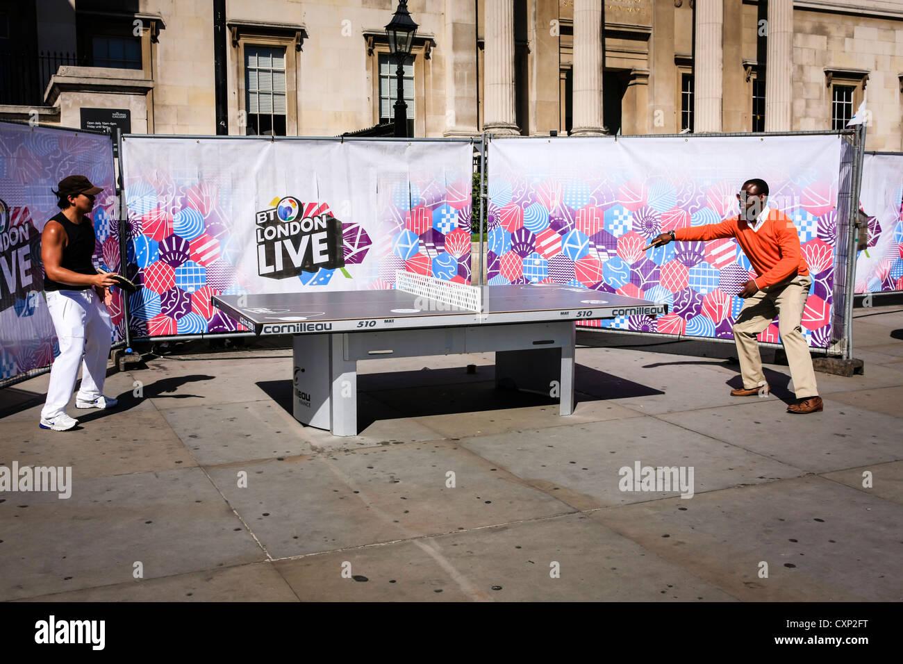 Personas jugando al tenis de mesa al aire libre en Londres Imagen De Stock