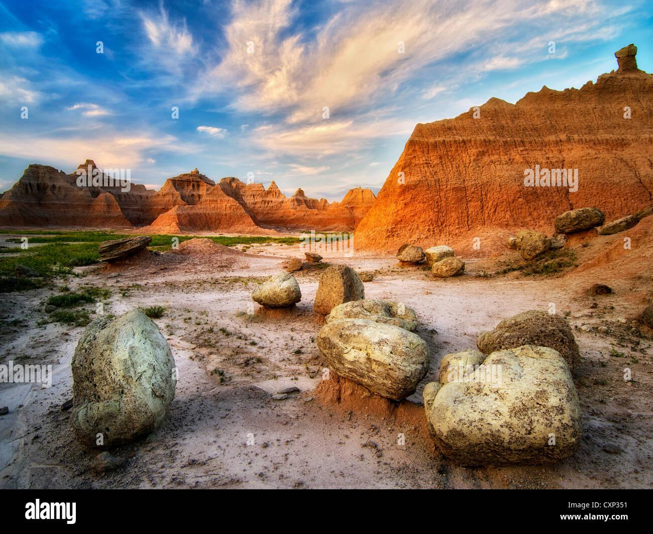 Grandes piedras y formaciones rocosas en el amanecer. El Parque Nacional Badlands, Dakota del Sur. Imagen De Stock
