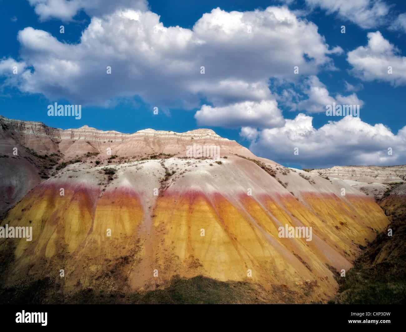 Amarillo montículos con nubes. El Parque Nacional Badlands, Dakota del Sur. Imagen De Stock