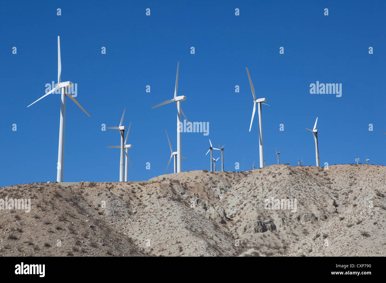 Cosecha molinos de energía eólica en el Desierto de California cerca de Palm Springs Imagen De Stock