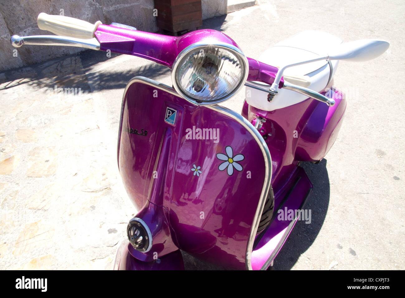 Vespa Piaggio Vintage Violeta Foto Imagen De Stock 50899523 Alamy