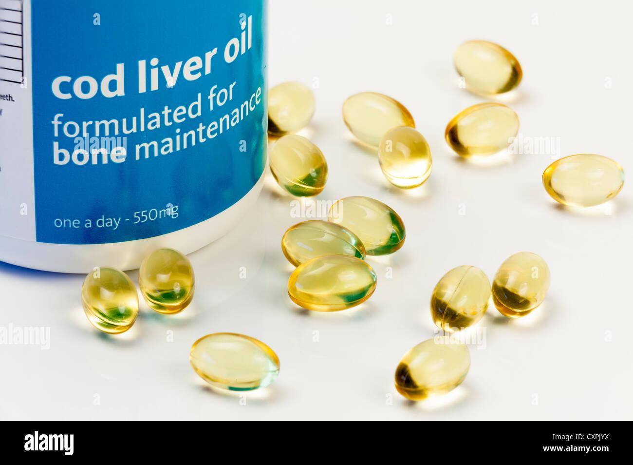 Cerrar studio aún la vida de las cápsulas de aceite de hígado de bacalao y el contenedor. Foto de stock
