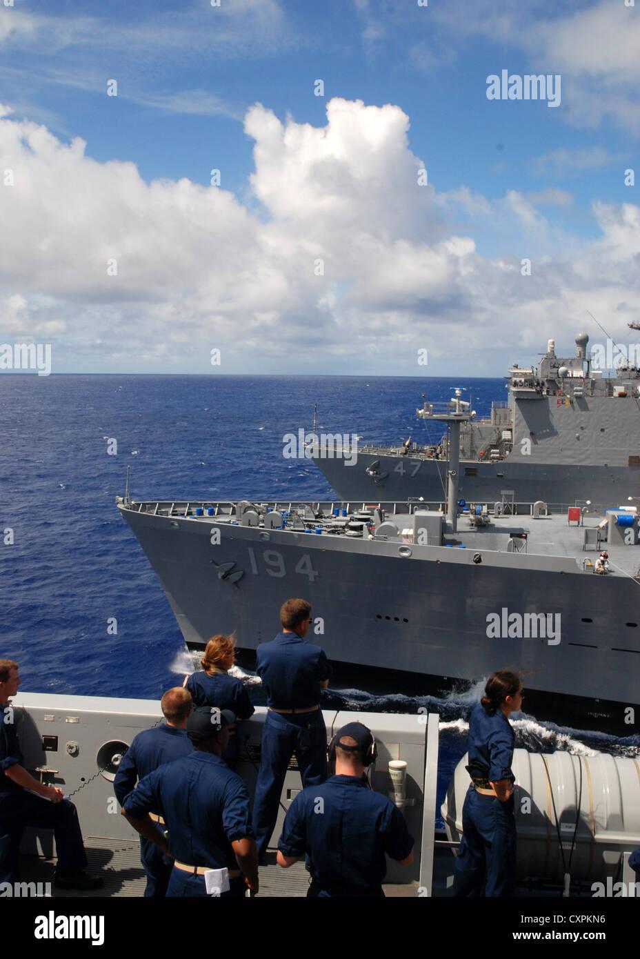 Dock buque anfibio de transporte uss Green Bay (lpd 20) vaporiza junto con lubricador de reposición de flota usns john ericksson (t-ao-194)y anfibio aterrizaje dock buque USS rushmore (lsd 47) durante una marcha reposición. Green Bay es parte de peleliu Amphibious Ready Group en curso sobre una implementación con el buque de asalto anfibio uss peleliu (lha 5) y Rushmore. Foto de stock