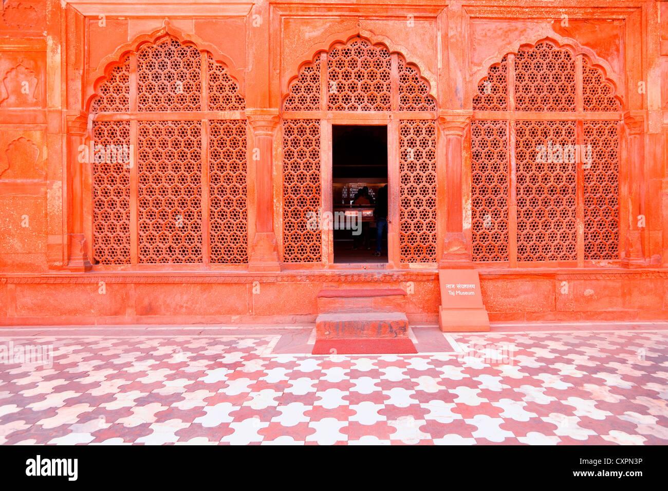 Detalle arquitectónico de la mezquita en el Taj Mahal, en Agra, India Imagen De Stock