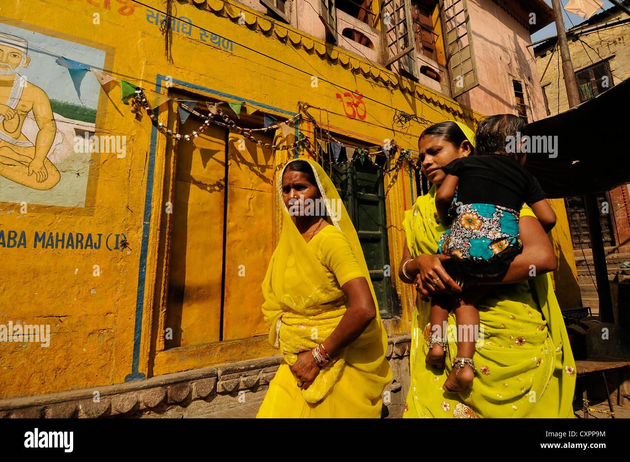 Asia India Uttar Pradesh Varanasi gente en los callejones de Benares Imagen De Stock