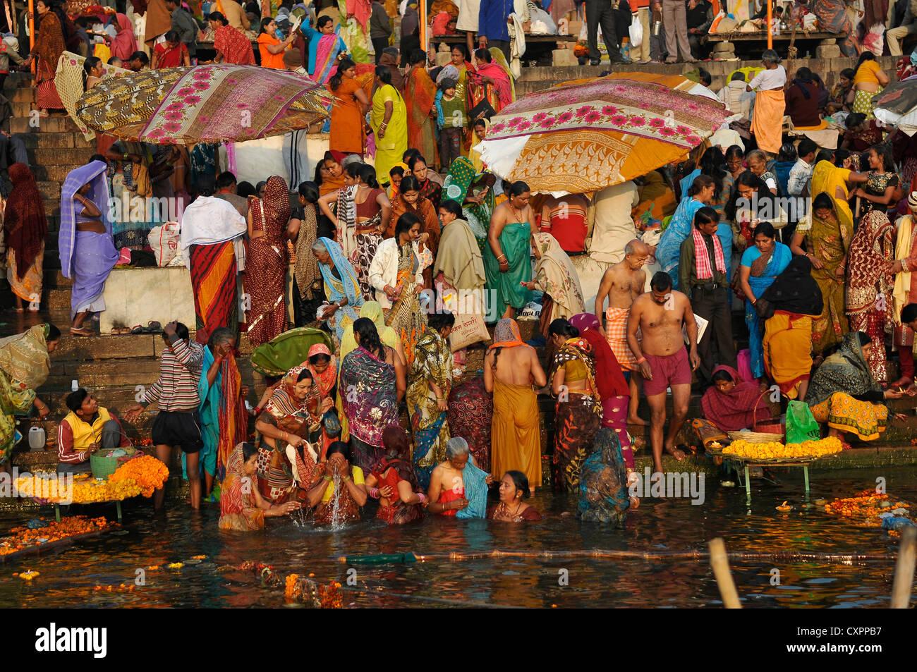 Asia India Uttar Pradesh Varanasi fieles hindúes en los ghats del río Ganges Imagen De Stock