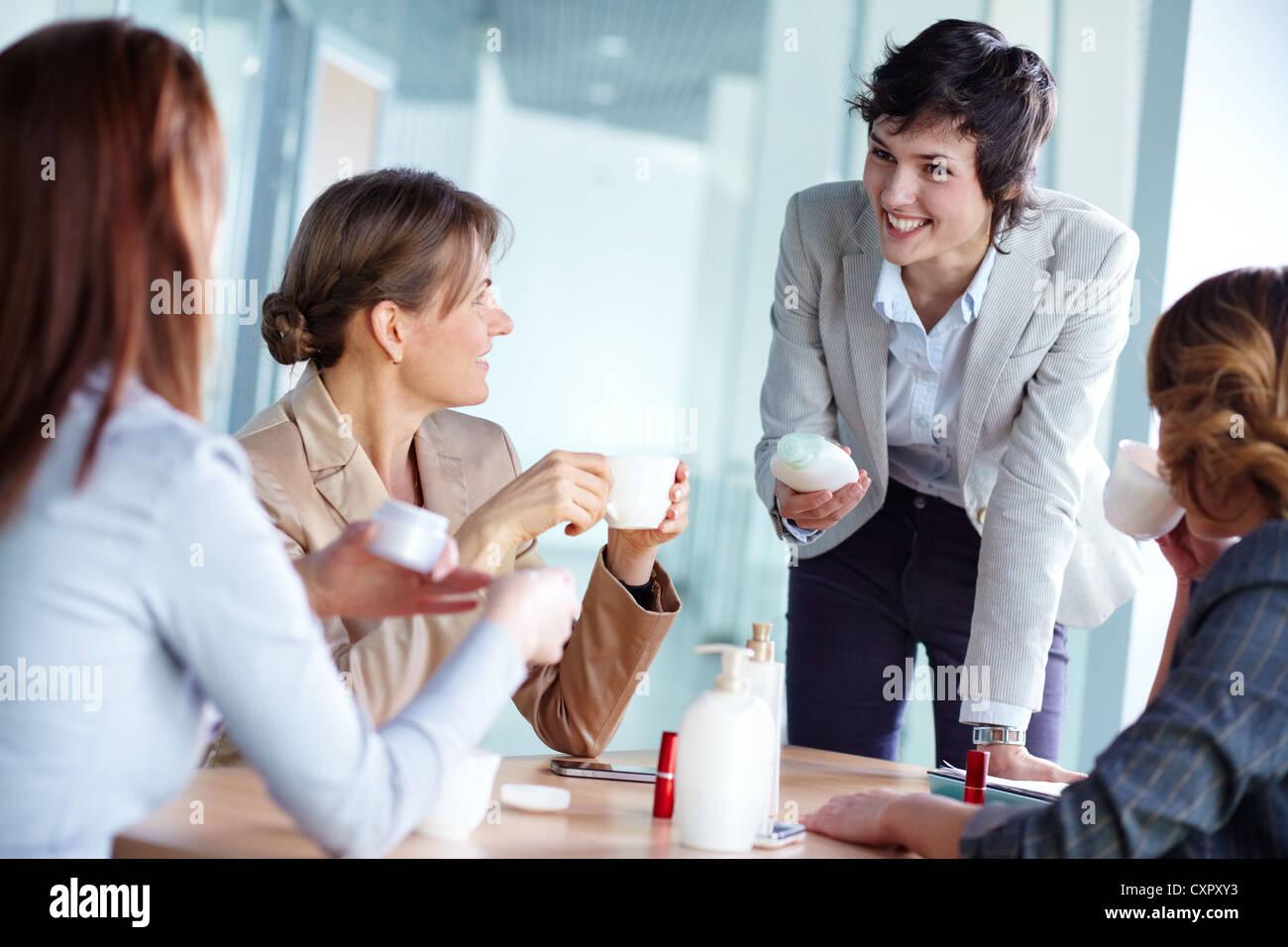 Imagen De Cuatro Mujeres Empresarias Hablando De Productos
