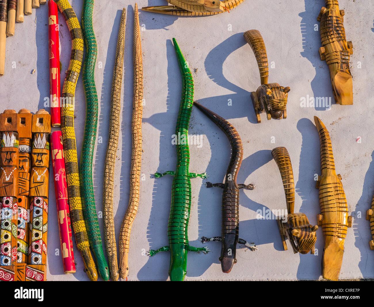Una pantalla, visto desde arriba de coloridos animales de madera talladas a mano y flautas en venta por un comerciante Foto de stock