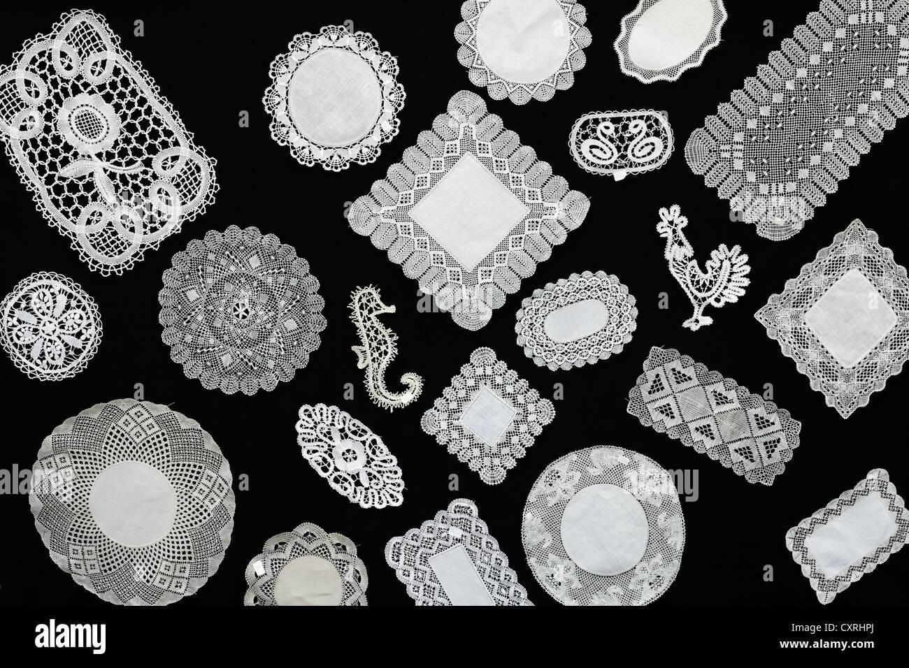 Panel con puntilla doilys, distintas formas y patrones Imagen De Stock