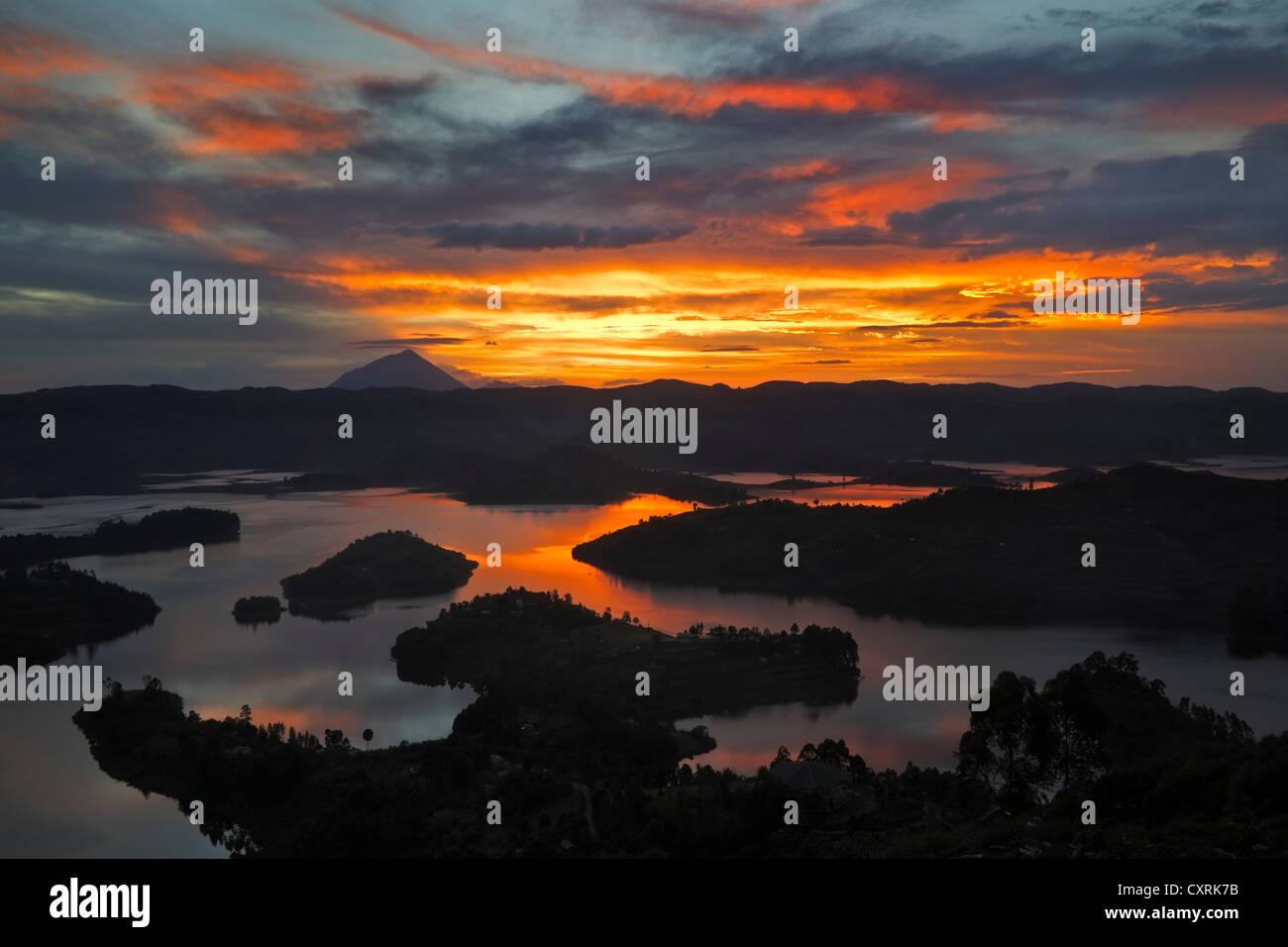 Bunyonyi lago al atardecer, Uganda, África Imagen De Stock