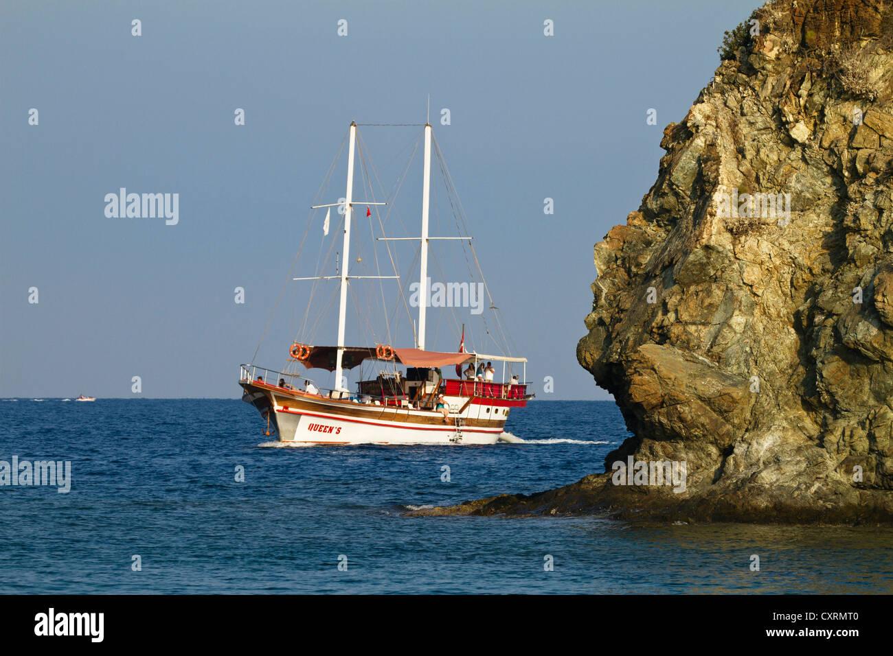 Barco a vela, navegando a lo largo de la costa cerca de Cirali Licio, Licia, del mar Egeo, el Mar Mediterráneo, Imagen De Stock