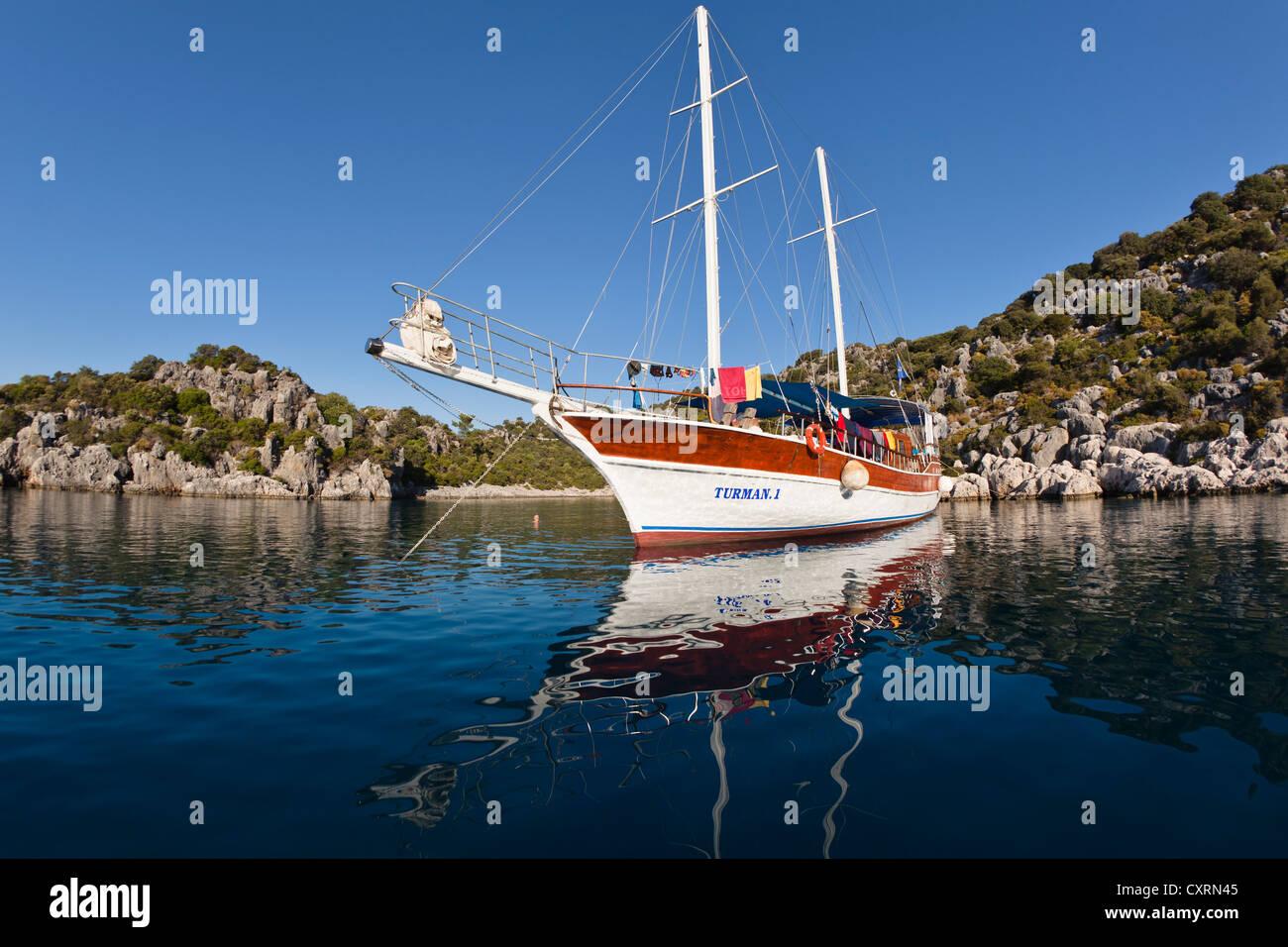 Velero anclado en una bahía, navegando a lo largo de la costa de Licio, Licia, el Mar Mediterráneo, Turquía, Imagen De Stock