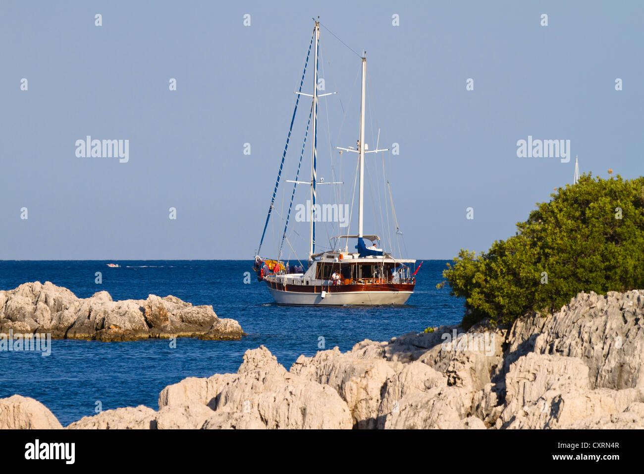 Barco a vela, navegando a lo largo de la costa de Licio, Licia, el Mar Mediterráneo, Turquía, Asia Menor Imagen De Stock