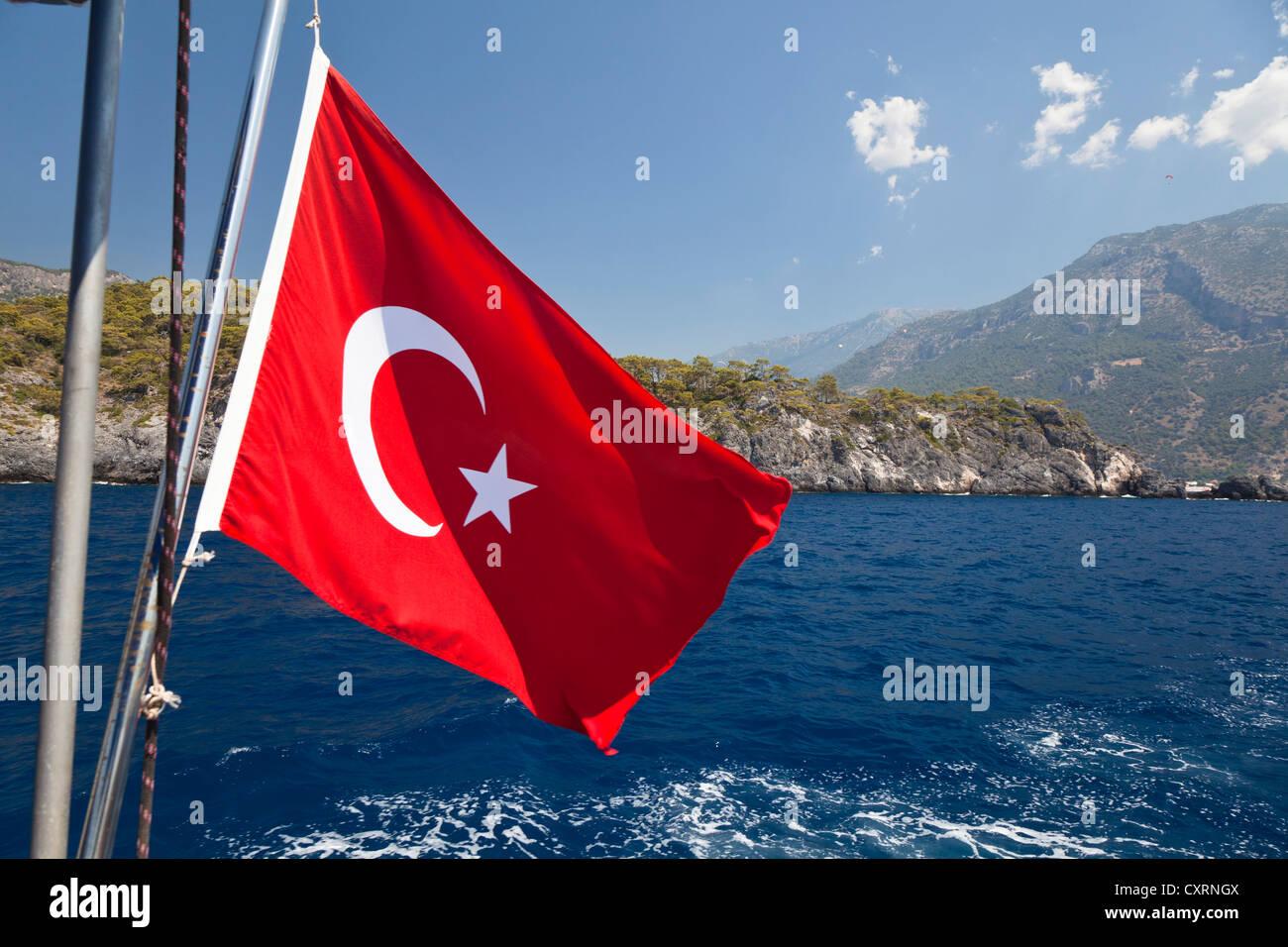 La bandera nacional turca, navegando a lo largo de la costa de Licio, Licia, el Mar Mediterráneo, Turquía, Imagen De Stock