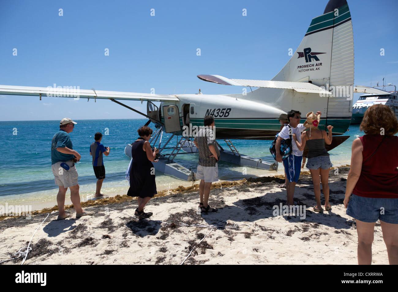 Los pasajeros en un viaje en un hidroavión dehaviland DHC-3 otter hidroavión a dry tortugas de Florida Imagen De Stock