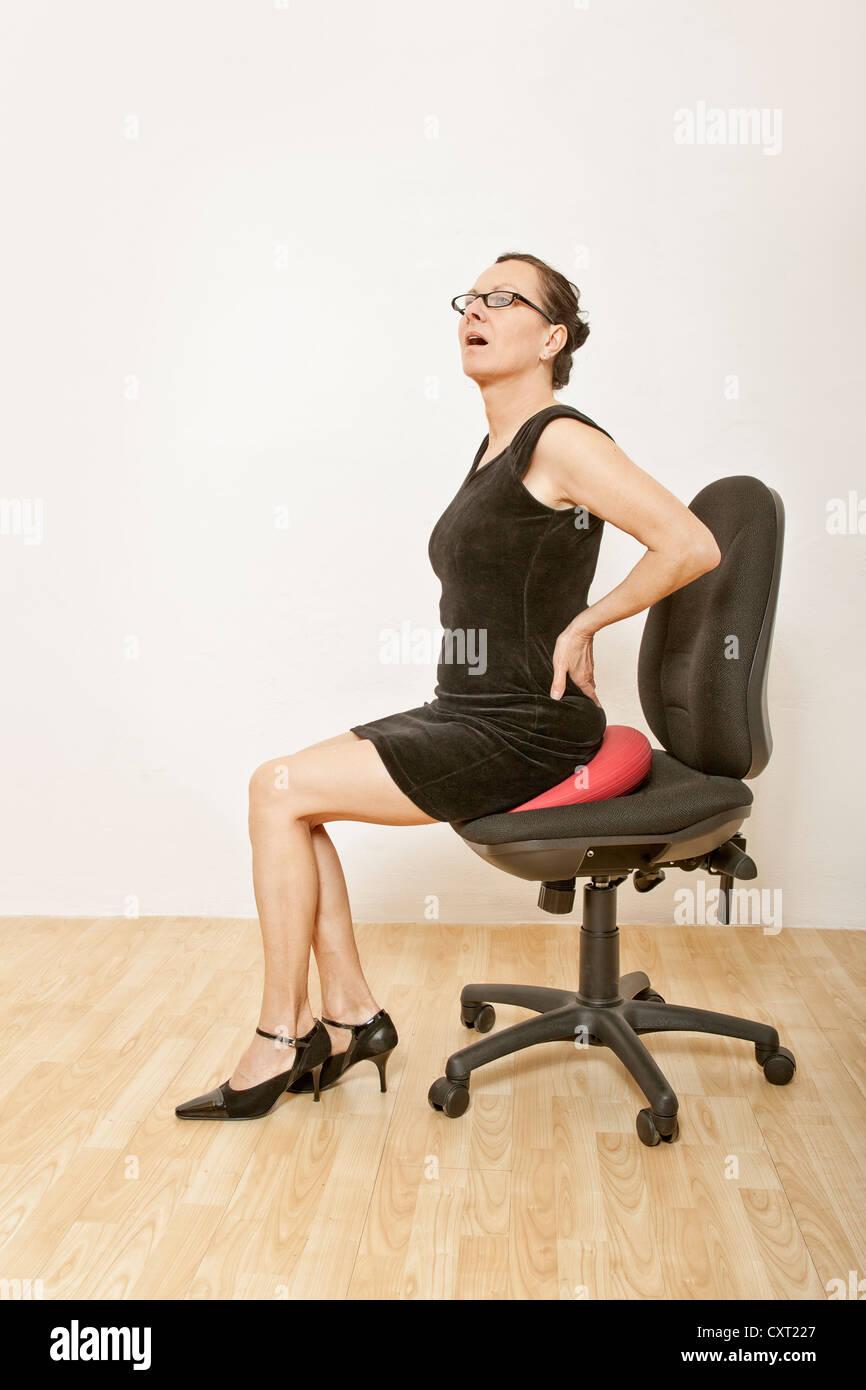 Sentada Una Negocios Silla Cuña Mujer De En Oficina Con PiOXZuTk