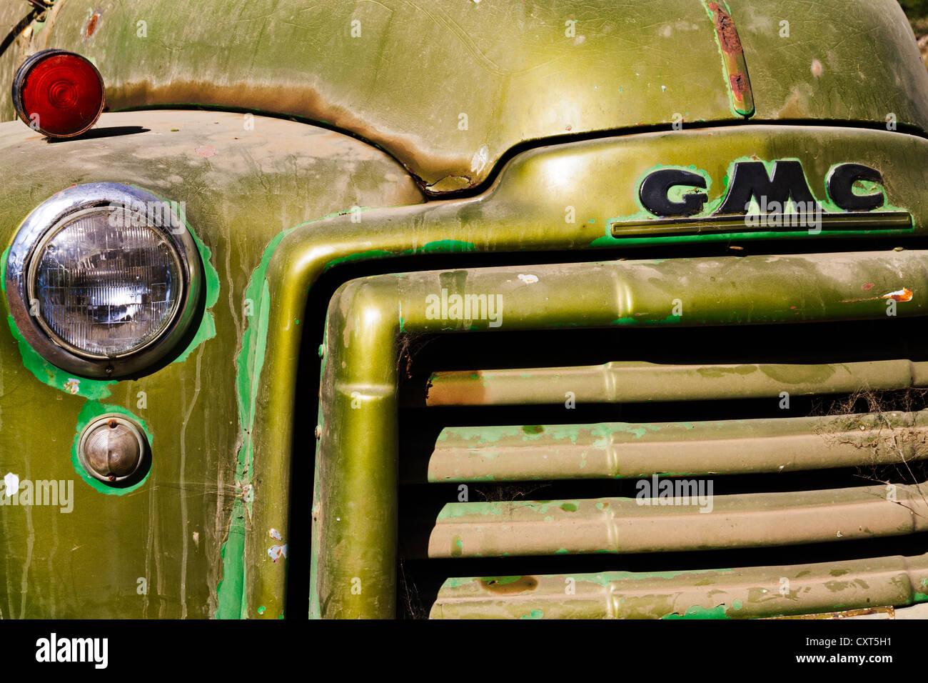 Cerca de la parte delantera del camión granja GMC vintage. Foto de stock