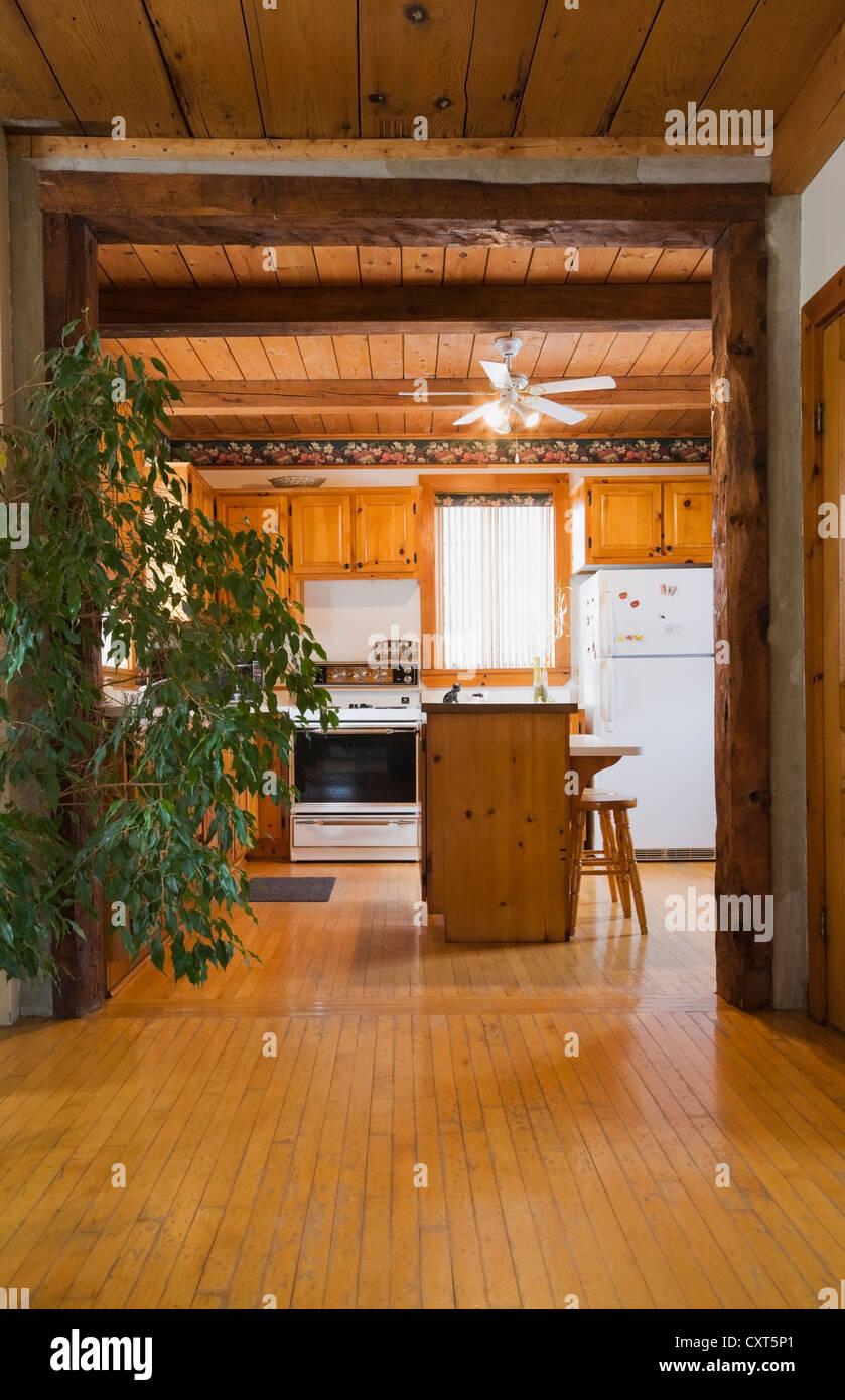 Cocina rústica dentro de reconstruir una cabaña estilo residencial ...