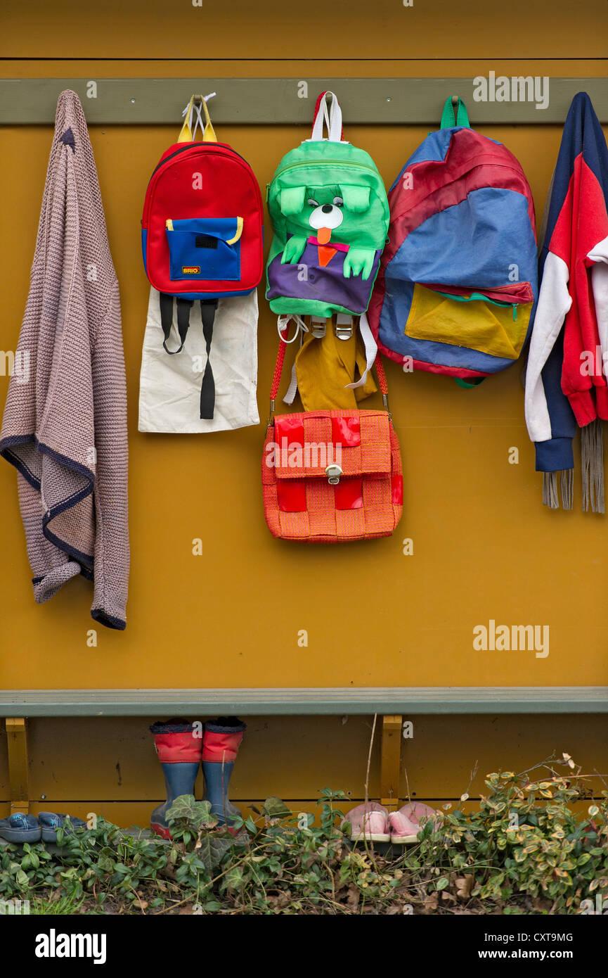Vestuario escolar con mochilas, bolsas, chaquetas en el conejito de Pascua la escuela en el tiempo de Pascua, Niederneuching Foto de stock