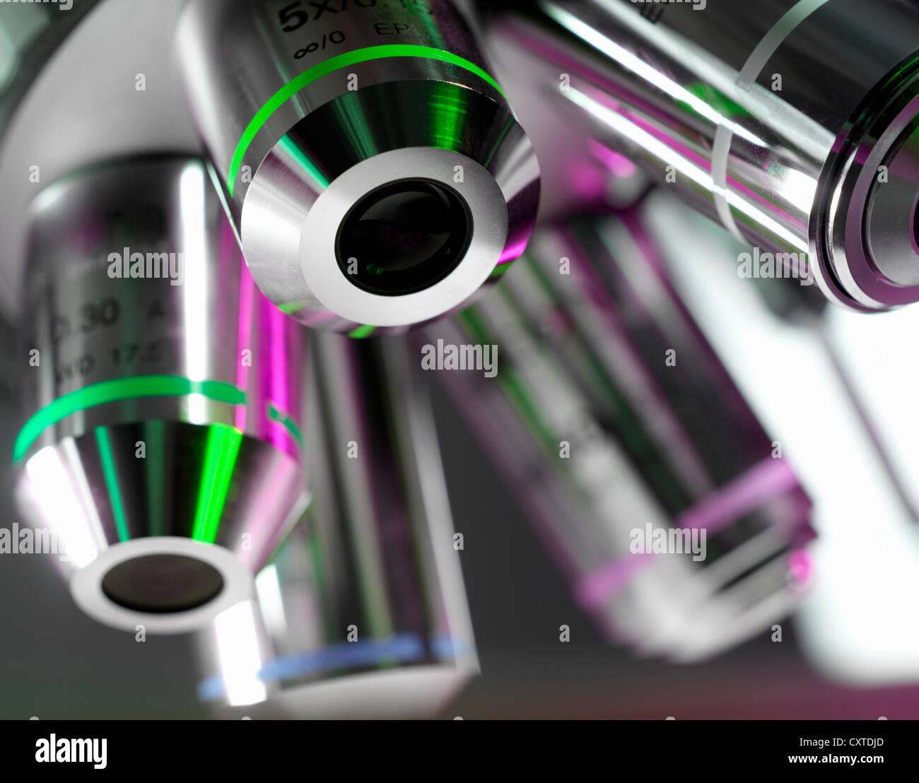 Cerca de las lentes del microscopio en laboratorio Imagen De Stock