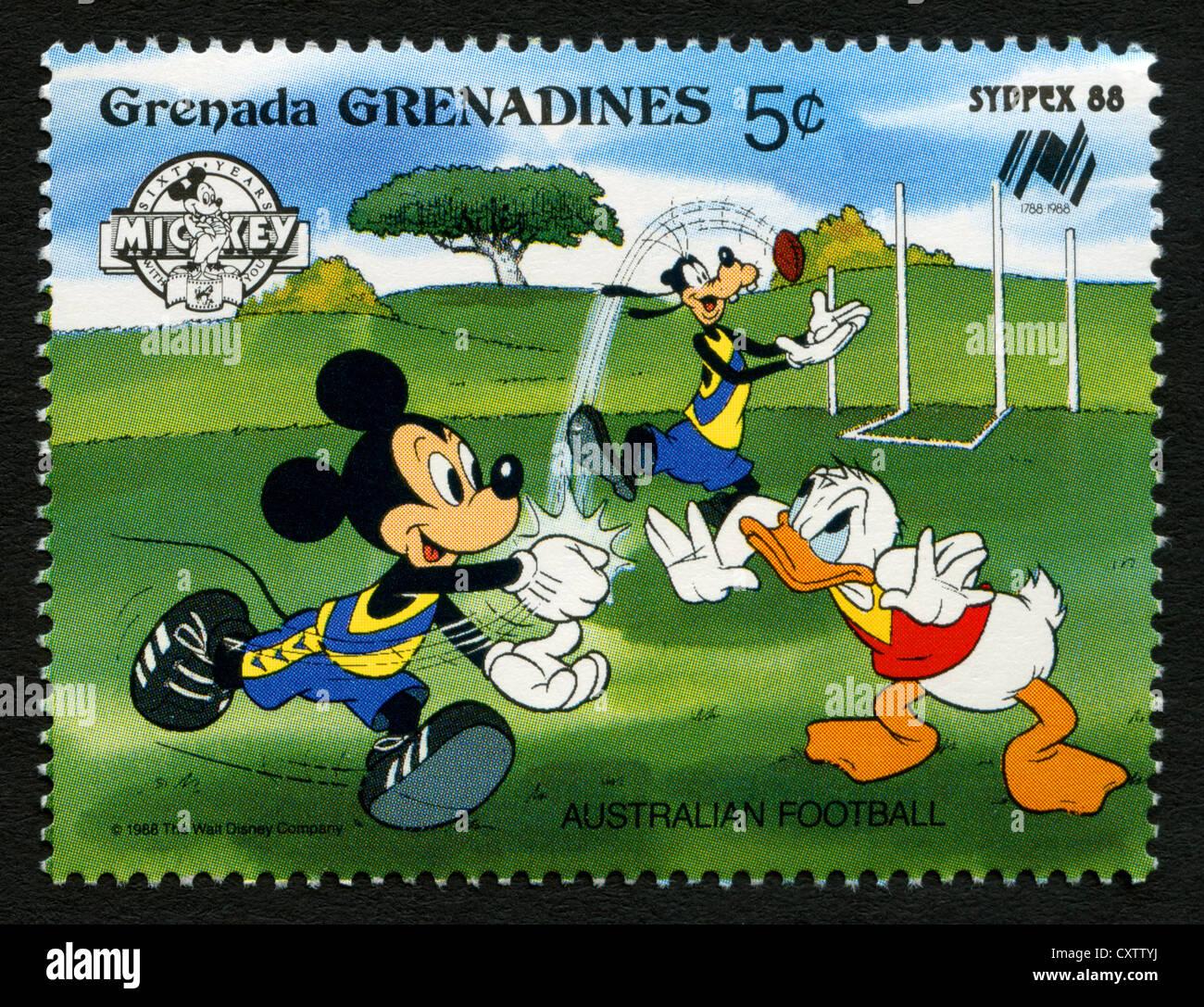 Granada - Sello - personajes de dibujos animados de Disney Mickey Mouse, Goofy y Donald Duck jugando fútbol australiano Foto de stock