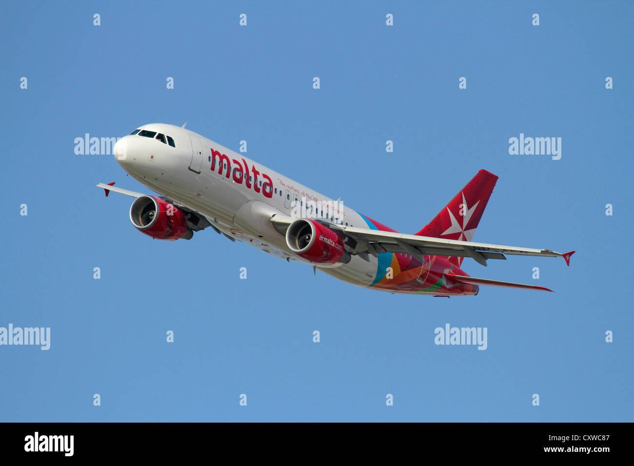 Airbus A320 de Air Malta avión de pasajeros en vuelo Foto de stock