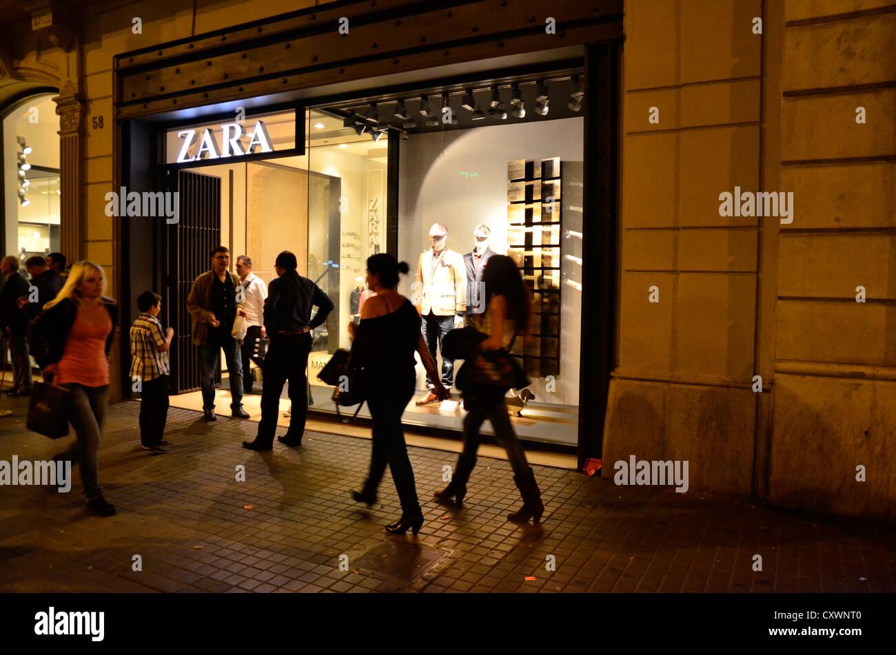 Tienda de Zara en la calle Pelayo - Barcelona Foto   Imagen De Stock ... 3a62a09bafd