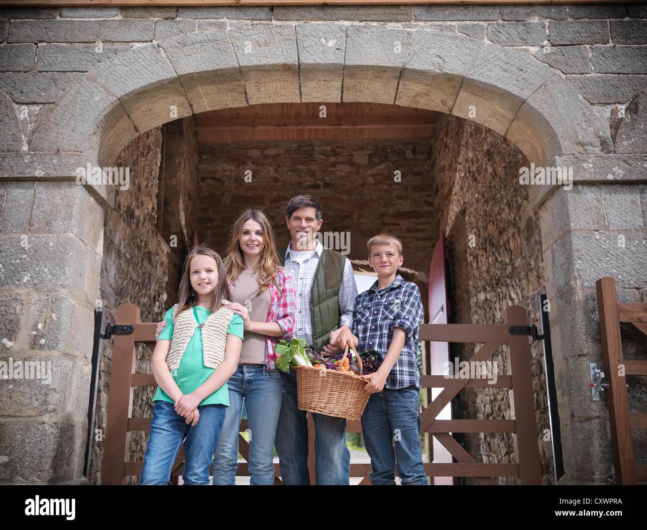 Posando con la familia campesina en el granero Imagen De Stock