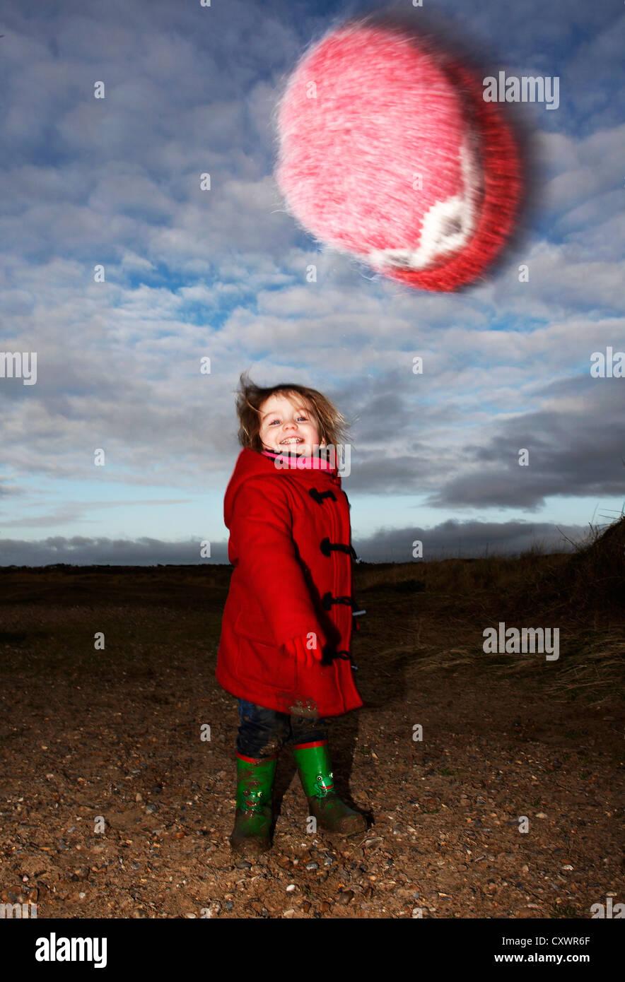 Niña jugando con fuzzy hat afuera Imagen De Stock