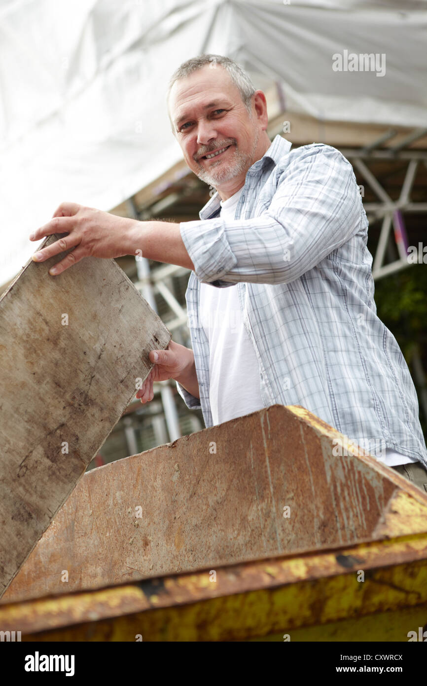 Builder Vaciar basura en Salta Imagen De Stock