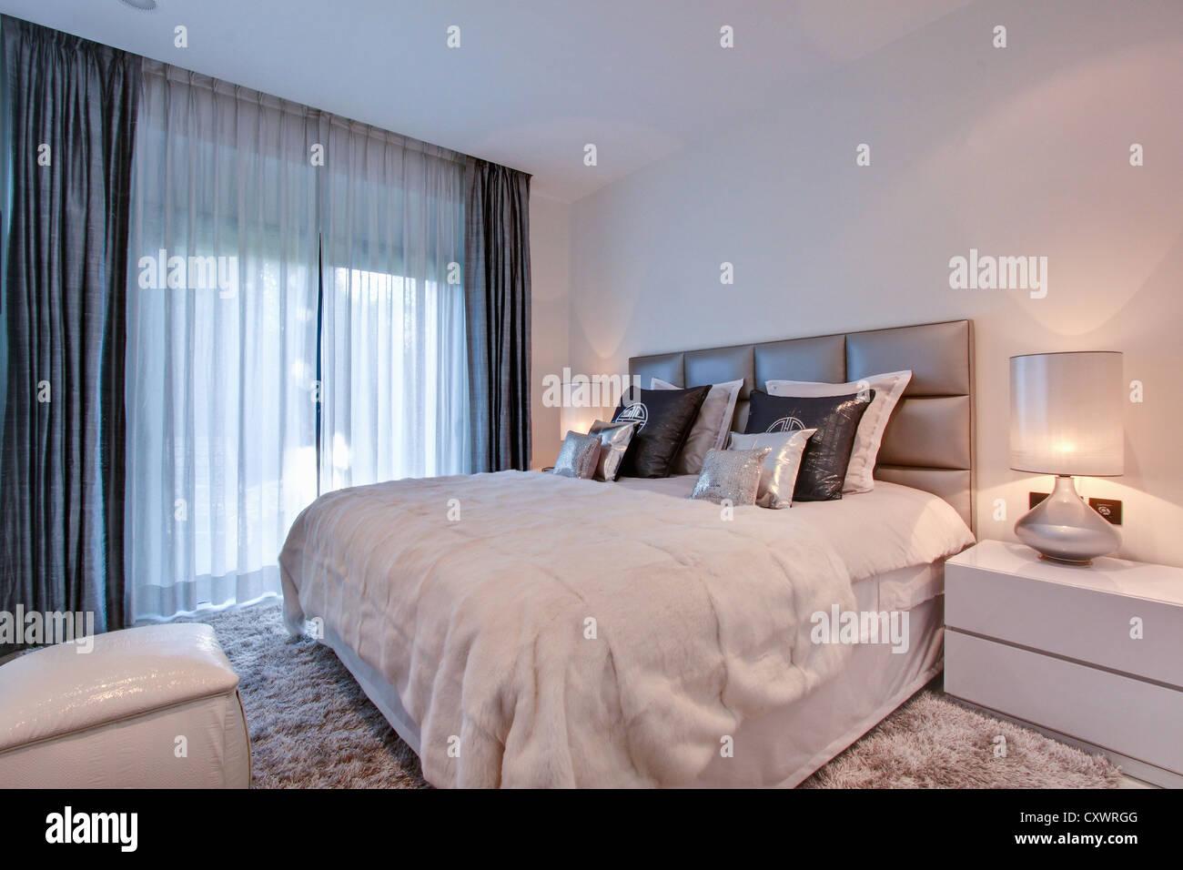 Cortinas en dormitorio Imagen De Stock