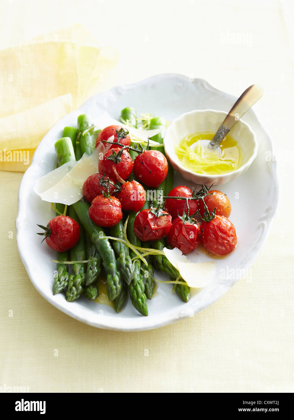 Plato de verduras asadas y mantequilla. Imagen De Stock