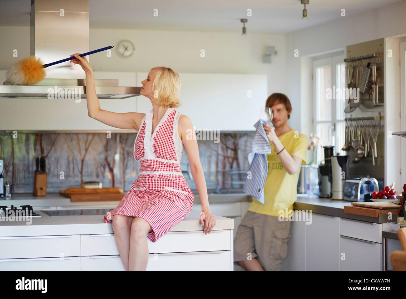 Par de limpieza junto en la cocina Foto de stock