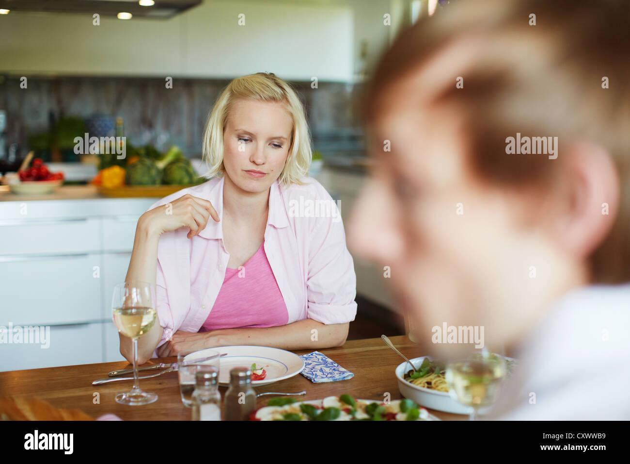 Par comer juntos en la mesa Foto de stock