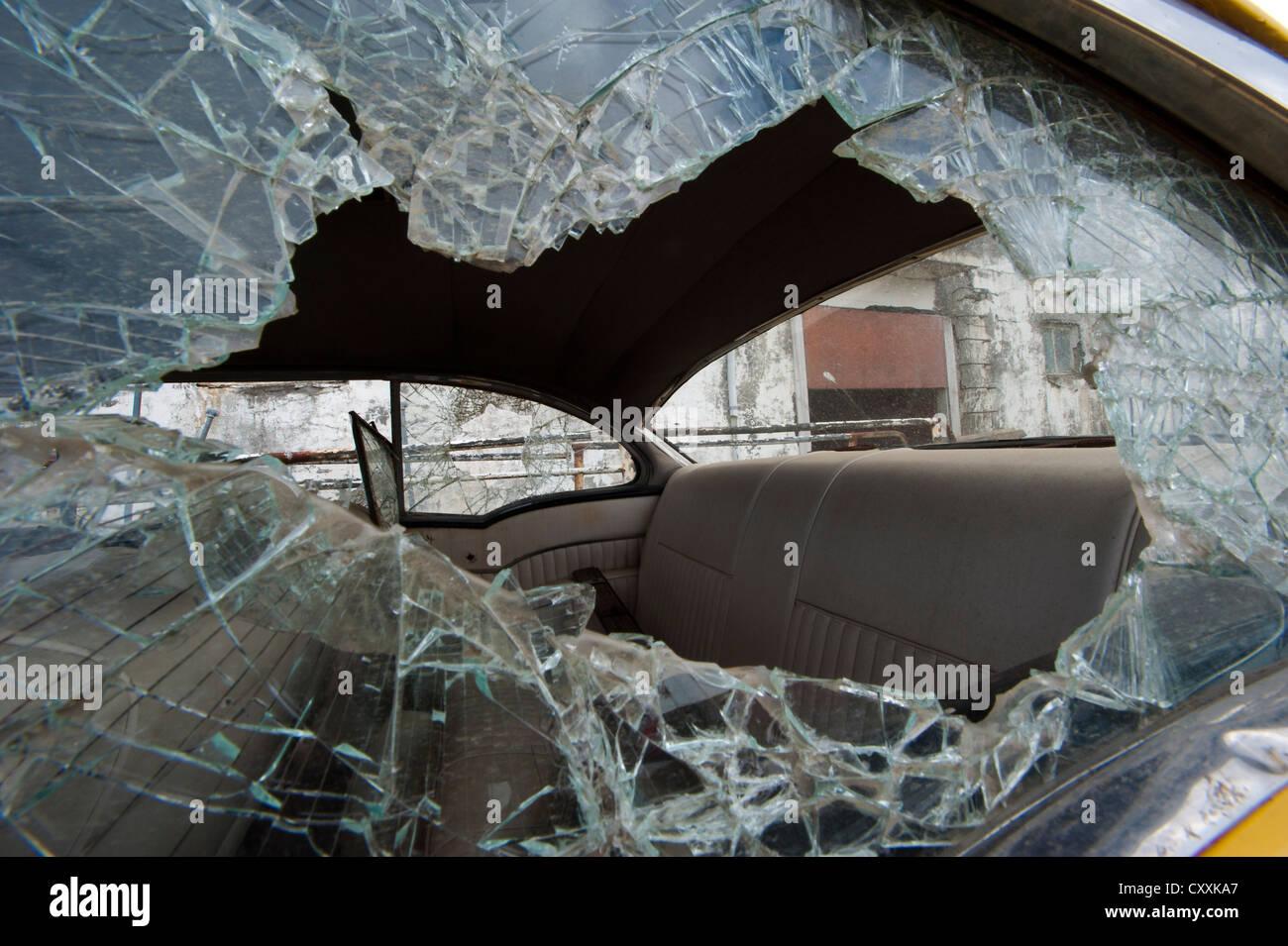 Ventana de coche destrozado, ciudad de Djúpavík, Reykjarfjoerður fjord Strandir, Westfjords, Islandia, Imagen De Stock