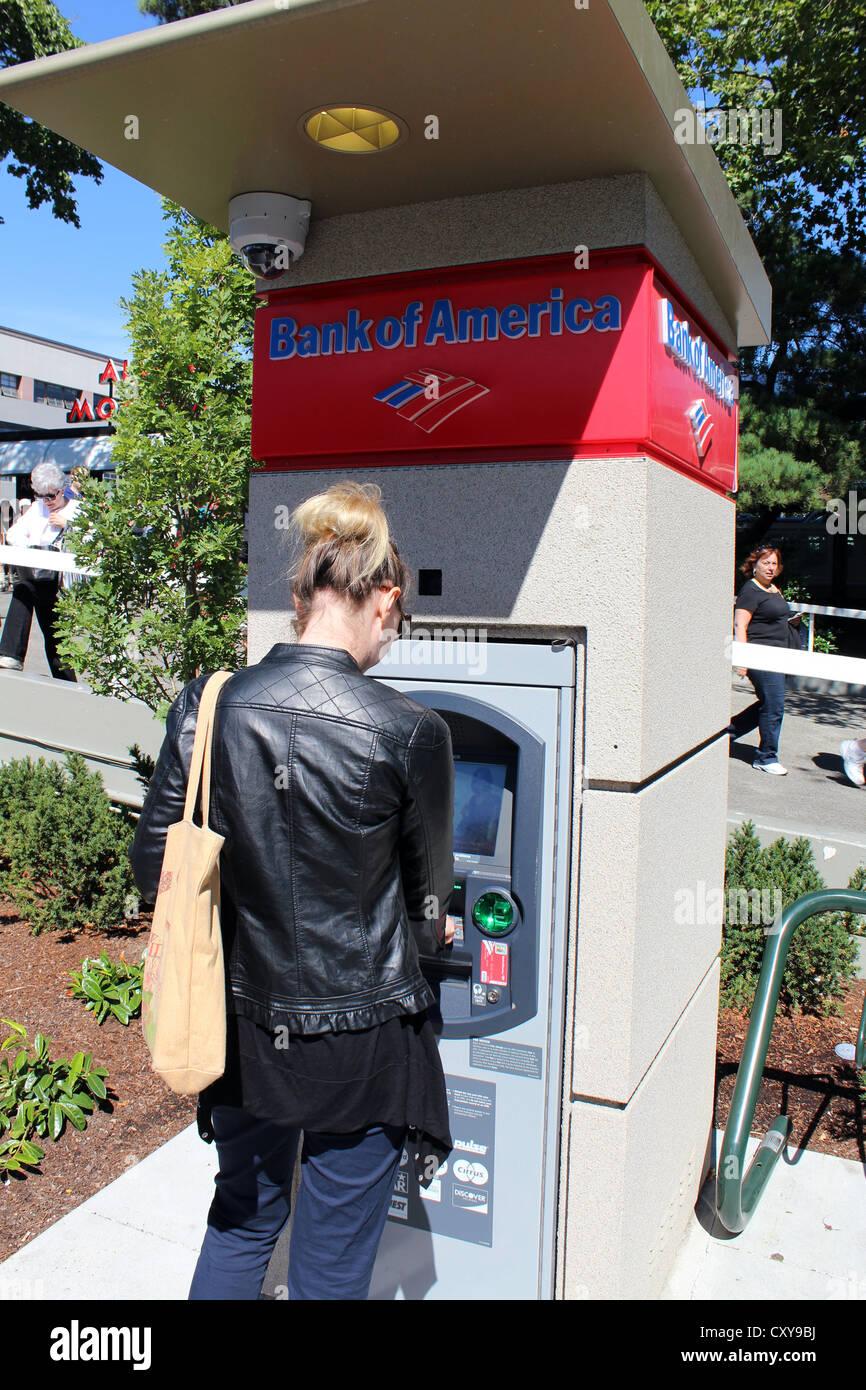 Mujer con un cajero automático de Bank of America, EE.UU. Foto de stock
